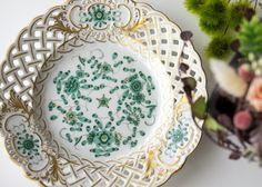 東洋の美しい陶磁器に憧れた西洋の人々の想いから、 柿右衛門などの東洋の絵柄を真似することから始まり、 その過程の中で独自のシノワズリの絵柄に発展していったといわれるモチーフ  マイセン/Meissen インドの華 リッチ グリーン 透かしプレート 18cm