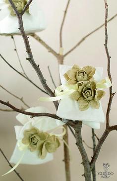 Nozze Shabby Chic | Sacchettini portaconfetti in lino bianco abbinati a fiori in lino color naturale