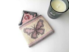 Tapestry crochet zipper pouch Butterfly - Nordic Hook - Free pattern Crochet Drawstring Bag, Crochet Pouch, Crochet Keychain, Quick Crochet, Crochet Hooks, Free Crochet, Crochet Bags, Crochet Flower Tutorial, Crochet Flowers