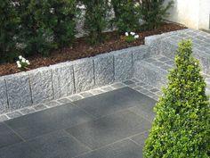 Hellgrauer Granit-Randstein als Beeteinfassung