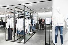 30% 할인된 가격으로 '겟'할 수 있는 이로 (IRO) 의 라이더 자켓! 지금 입기 좋은 여성스러운 플라워 원피스 또한 갤러리아명품관 WEST 3층, 이로 매장에서 만나볼 수 있습니다.
