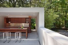 Architecture : Modern Home Design Outdoor Kitchen Area With Dark Brown Wooden Cabinet In New Canaan Connecticut Modern Home Stylish and Minimalist Home Design In Modern Trend Sleek Architecture. Stylish Home Design. Home Design Ideas. Modern Outdoor Kitchen, Outdoor Kitchen Plans, Outdoor Kitchens, Patio Kitchen, Kitchen Grill, Kitchen Contemporary, Modern Backyard, Summer Kitchen, U Shaped Houses