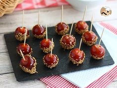 If you like sweet and sour, you will love this cute appetizer! - Recipe Appetizer : Caramelized cherry tomatoes with sesame seeds by PetitChef_Official Tomate Cocktail, Whisky Cocktail, Appetizer Recipes, Appetizers, Decadent Cakes, Food Website, Mini Foods, Creative Food, Gastronomia