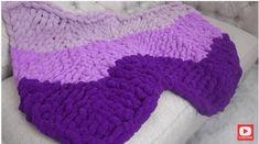 Aprende a tejer esta manta con esta hermosa puntada tejida completamente a mano, utilizando hilo super grueso afelpado aunque si no lo tienes puedes s Chunky Yarn Blanket, Knitted Blankets, Cross Stitch Patterns, Knitting Patterns, Crochet Patterns, Crochet Cross, Knit Crochet, Chevron, Manta Crochet