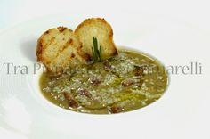 Zuppa di ceci, spaghettini spezzati, guanciale croccante e pesto di basilico, con crostini di pane all'aglio | Tra pignatte e sgommarelli