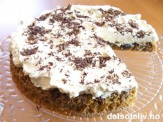"""""""Daddelkake med krem"""" er en av mine yndlingskaker! Kaken er utrolig myk og saftig og inneholder nesten ikke noe mel. Kakebunnen har lekker smak av dadler og valnøtter og smaker faktisk kjempenydelig som den er (du får da også en kake som inneholder nokså lite fett). Dekker du den imidlertid med søt, pisket krem og revet sjokolade på toppen, blir smaken PERFEKT! Low Carb Keto, Let Them Eat Cake, No Bake Cake, Sweet Tooth, Muffin, Food And Drink, Cooking Recipes, Tasty, Sweets"""