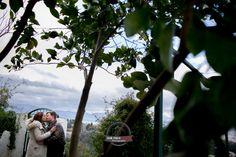 Esta pedida de mano en Granada os dejará con la boca abierta.  Tanto por el entorno donde se realizó como por las fotografías.  Valentín se puso en contacto conmigo dos semanas antes de la sorpresa que le ofreció a Liliana.  Ambos venidos desde Madrid, expresamente para pedirle la mano frente a la Alhambra.  Y de fondo, un espectáculo flamenco en una de las maravillosas cuevas del Sacromonte.