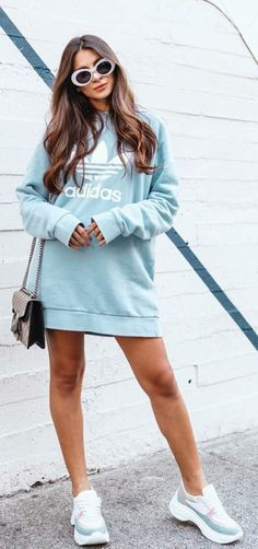Oversized sweater O que as it girls andam usando no inverno - Guita Moda Sporty Outfits, Cute Outfits, Fashion Outfits, Cropped Hoodie Outfit, Looks Adidas, Pulls, Casual Looks, Under Armour, Winter Outfits