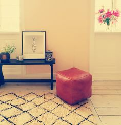 Handmade leather pouf from Fez in cognag brown.
