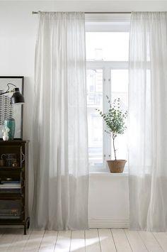 REKLAMELINKS: 1. Spejl | 2. Bakke | 3. Håndklæde | 4. Håndklædeholder | 5. Væglampe 6. Lågkrukke | 7. Håndsæbe | 8. Duftlys | 9. Potteskjuler | 10. Bænk | 11. Toiletbørste Badeværelset kan være et ret besværligt rum at indrette og give et personligt præg - særligt hvis man bor ti....