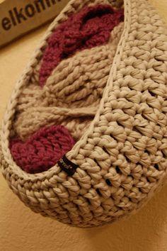 - - - BekkiBjarnoll : Oppskrift på hengekurven.  Right.  Super cool crocheted basket.