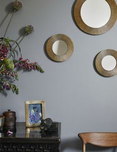 Large, round mirror with a fluted metal frame and a hook at the back for hanging. Diameter of mirror cm, diameter of frame cm Living Room Interior, Living Room Decor, Living Rooms, Small Round Mirrors, Grand Vase En Verre, Flur Design, Hallway Designs, Small Potted Plants, H & M Home