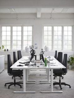 Ein Meetingraum mit BEKANT Schreibtischen und VOLMAR Drehstühlen.