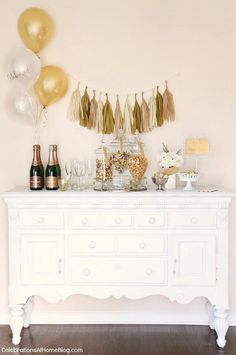 Get your party Poppin' with a popcorn & champagne bar! Celebrate any occasion with this easy dessert party idea. Guests can help themselves & you can relax. Champagne Bar, Champagne Birthday, Bubbly Bar, New Years Eve Decorations, Party Table Decorations, Holiday Decorations, Holiday Ideas, Nye Party, Prom Party