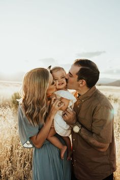 Fall Family Portraits, Family Portrait Poses, Family Picture Poses, Photo Couple, Family Photo Sessions, Family Posing, Family Photo Shoots, Posing Families, Mini Sessions