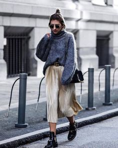 With balenciaga ceinture boots street style women, street styles, party out Winter Skirt Outfit, Skirt Outfits, Winter Outfits, Party Outfits, Pull Bordeaux, Vintage Outfits, Funky Outfits, Metallic Pleated Skirt, Gold Skirt