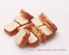 how to: sandwiches - Fimo, Cernit et accessoires… Fimo Polymer Clay, Crea Fimo, Polymer Clay Miniatures, American Girl Food, American Girl Crafts, Miniature Food, Miniature Dolls, Miniature Crafts, Diy Doll Food