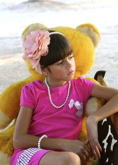 """Tiaras de flores e cores vibrantes como o rosa deixam o look elegante.  Vestido """"Beijinho"""" Acessorios Two princesse"""""""