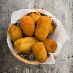 Recept: Makreel kroketjes met paprikasaus - okoko recepten Dutch Croquettes, Tapas, Savory Snacks, Fish And Seafood, Pretzel Bites, I Love Food, Boutique, Delish, Appetizers