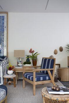 Marina Linhares trouxe para a Casa Cor 2017 a poltrona Florin, da Etel Interiores, com tecido da Coleção Índigo, da Entreposto. O ambiente da casa de praia Decortiles, além de charmoso, ficou funcional.