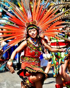 An Aztec dancer performs for the crowd at the Cinco De Mayo parade along Cesar Chevez Street on St. Paul's Westside on May (Pioneer Press: John Autey) Aztec Headdress, Aztec Costume, Aztec Drawing, Aztec Warrior, Aztec Art, Mayday Parade, Mexican Tattoo, Carnival Costumes, Warrior Princess