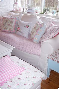 Lovely #slipcovered #loveseat #with #pastel #cushions and #quilt