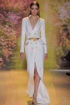 Zuhair Murad –...  La primavera 2014 de Zuhair Murad Alta Costura evoca una novia sensual y muy poco convencional con cinturones dorados de inspiración vegetal y un calzado estrella: salones gold terminados en punta.