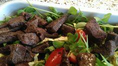 Salat med lever og rabarberkompot.