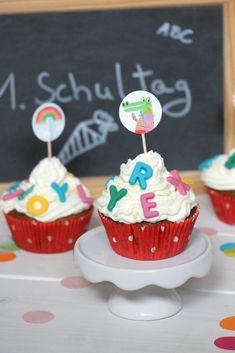 Einschulungskuchen: Schnell und lecker sind diese Einschulungs-Muffins. Die Schoko-Kirsch-Muffins werden mit Schokoladen-Buchstaben dekoriert. Die Schulanfang Muffins lassen sich natürlich auch mit einem anderen Muffin Rezept umsetzen. Die Einschulung Muffins sind schnell gebacken und kommen bei Kindern und Erwachsenen gleichermaßen gut an. Chocolate Letters, Cherry Muffins, School Cake, Chocolate Decorations, Chocolate Cherry, Cupcakes, Fabulous Foods, Muffin Recipes, Diy Food