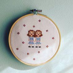 ¡Acabado! ¿Os gusta más con flores o sin? Estas gemelas ya están listas par partir!! . . . . . . . . . . #puntodecruz #crossstitching #xstitch #xstitching #stitch #coser #bordar #embroidery #sewing #pontocruz #crafts #crossstitchaddict #pointcroix #handmade #hechoamano #fetama #jocreo #wip #crossstitch #pointdecroix #homedesign #dmc_crafts #dmcthreads #horrorfilms #twins #viladecans #theshining #elresplandor #creepy
