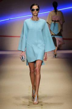 Turchese-confetto per l'abito-blusa di Laura Biagiotti