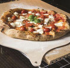 Ottima per la cottura della pizza e focacce  perché oltre a resistere ad alte temperature, ha anche  la capacità di distribuire il calore in modo uniforme, è antiaderente per natura, non assorbe  e non cede odori, mantenendo così intatti i sapori  #bompani #pizza  #cucinaitaliana #cucina