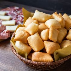 Crescentine are ready to be brought to the table. Disponiamole in a basket and mangiamole together with our favorite cheeses and cold cuts. You'll hear that goodness! Cold Cuts, Antipasto, Queso, Finger Foods, Apple Pie, Italian Recipes, Snack Recipes, Good Food, Food And Drink