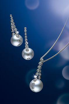ピアス、ペンダント。古くは命にもたとえられたしずく。その一瞬の美をダイアモンドと白蝶真珠のしなやかなラインで表現しました。