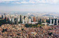 São Paulo: les immeubles des privilégiés au fond, contrastant avec les bidonvilles, au quartier de Morumbi. Souvant avec un seul propriétaire et occupant  tout un étage, ces appartements ne coutent moins qu´un million de dollars, pouvant coûter même 8, 10 ou plus millions de dollars, valeur supérieur à un grand nombre de chateaux en France.