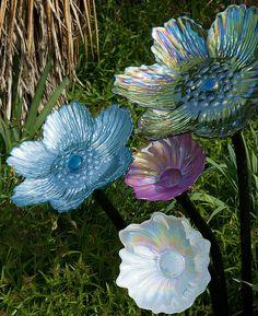 Glass Garden Flowers, Glass Plate Flowers, Glass Garden Art, Flower Plates, Glass Art, Garden Totems, Garden Statues, Garden Sculpture, Yard Ornaments