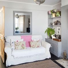 Sala pequena , mas com muito bom gosto e uma solução viável , para o aparador.