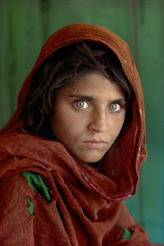 Ragazza afghana by Steve McCurry    I love this photo. It's one of my all time faves.