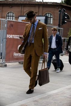 Pitti Uomo is underway and Robert Spangle has captured the most stylish men on the streets of Florence. Linen Suits For Men, Mens Suits, Suit Fashion, Mens Fashion, Daily Fashion, Fashion Boots, Most Stylish Men, Look Formal, Brown Suits