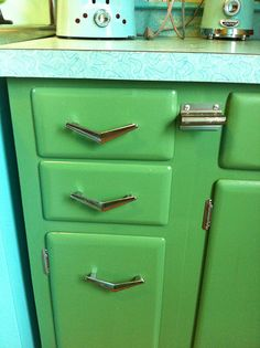 Erica's thrifty jadeite kitchen remodel - 18 photos - Retro Renovation - The solid wood keystone cabinets with their fabulous original hardware came from a kitchen that was - Kitsch, Vintage Kitchen Cabinets, Painting Kitchen Cabinets, Vintage Cabinet, Vintage Kitchen Decor, Do It Yourself Design, Kitchen Drawer Pulls, Drawer Handles, Deco Retro