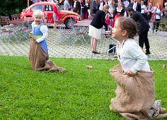 DIY outdoor wedding game // hochzeitsspiel // sack hüpfen