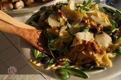 Nudelsalat mit getrockneten Tomaten und Rucola
