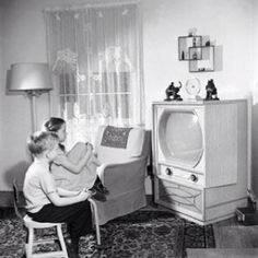 My mother had one of those double square knick-knack shelves. Vintage Tv, Vintage Photos, Old Pictures, Old Photos, Tvs, Terrazzo, Radios, Mantecaditos, Vintage Television