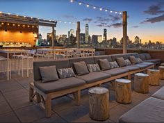 Purple, a rooftop bar and restaurant located on the floor of Hotel Indigo Lower East Side, captures the vibrant and artistic spirit of the LES. Rooftop Restaurants Nyc, Best Rooftop Bars Nyc, Hotel Rooftop Bar, Rooftop Lounge, Rooftop Patio, Rooftop Decor, New York Rooftop Bar, Rooftop Brunch, Rooftop Nyc