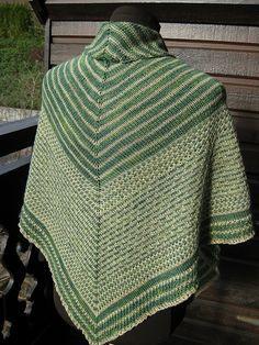 Skifersjalet er et stort, strukturmønstret sjal, som er sjovt og ikke svært at strikke. Det er godt at pakke sig ind i en kold sommmeraften. Her i uld/silke på pinde 4. Læs mere ...