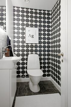 Black and white wallpaper in bathroom. Interior Wallpaper, Bathroom Wallpaper, Home Wallpaper, Scandi Wallpaper, Bad Inspiration, Bathroom Inspiration, Interior Inspiration, Black Tile Bathrooms, Small Bathroom