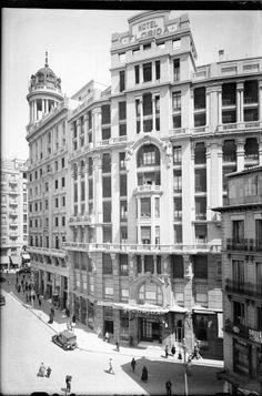 El Hotel Florida en todo su esplendor, obra de Antonio Palacios, en la Plaza del Callao, entre 1927 y 1936. Antonio Passaporte. Fototeca del Patrimonio Histórico. A la derecha, el edificio de viviendas que se derribará para levantar el primer Galerías, luego seguido del propio hotel, por desgracia para nuestro patrimonio.