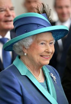 Queen Elizabeth II Photos - Queen Elizabeth II visits St Paul's Church on day three of a four day State Visit to Germany on June 2015 in Frankfurt am Main, Germany. - Queen Elizabeth II Visits Frankfurt am Main God Save The Queen, Hm The Queen, Royal Queen, Her Majesty The Queen, Queen Hat, Queen Outfit, Queen Dress, Commonwealth, Windsor