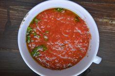 Sos pomidorowy do pizzy – jest pyszny, pachnie bazylią i zrobisz go w 3 minuty bez gotowania. Poznaj 11 innych sosów do pizzy.   Jak zrobić sos pomidorowy do pizzy? Potrzebujesz puszkę pomidorów i jedną rzecz, która zmienia wszystko – świeżą bazylię. Prócz tego kilka składników dostępnych w każdej kuchni i gotowe!  Ten przepis wykorzystasz w większości pizz. Wszystko to zrobisz brudząc tylko jedno naczynie.  Do dzieła!