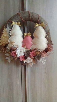 Christmas wreath with trees, Christmas wreath with trees. Easy Christmas Ornaments, Felt Christmas Decorations, Christmas Swags, Felt Ornaments, Simple Christmas, Christmas Crafts, Mery Chrismas, Ornaments Design, Diy Wreath